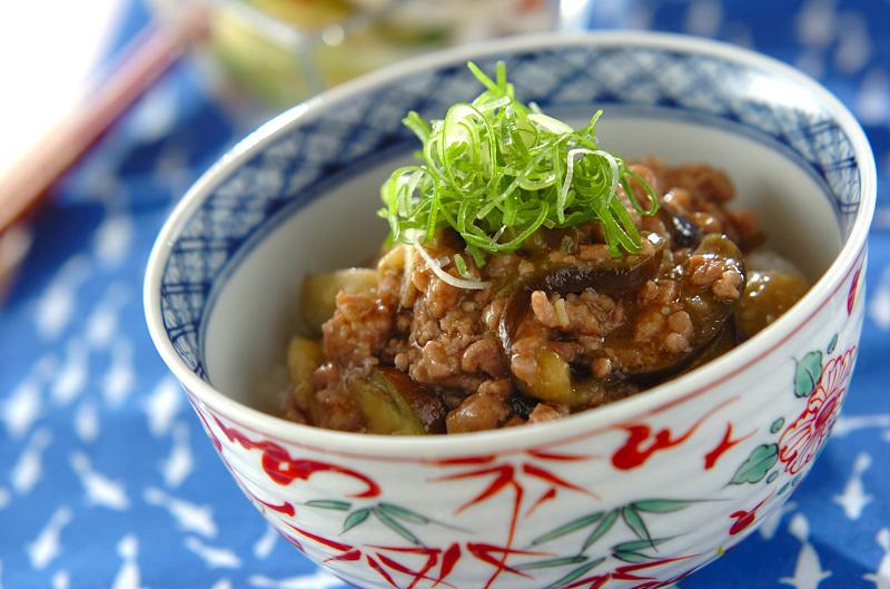 丼に盛られたひき肉となすのピリ辛味噌丼