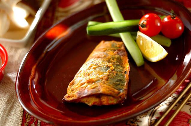 赤いお皿に盛られた鯖のカレー風味ヨーグルト焼き