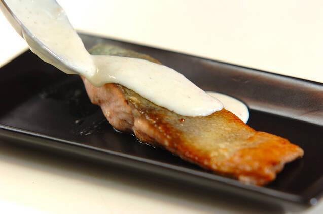 ミルクソースがけ鮭のムニエルの作り方の手順4