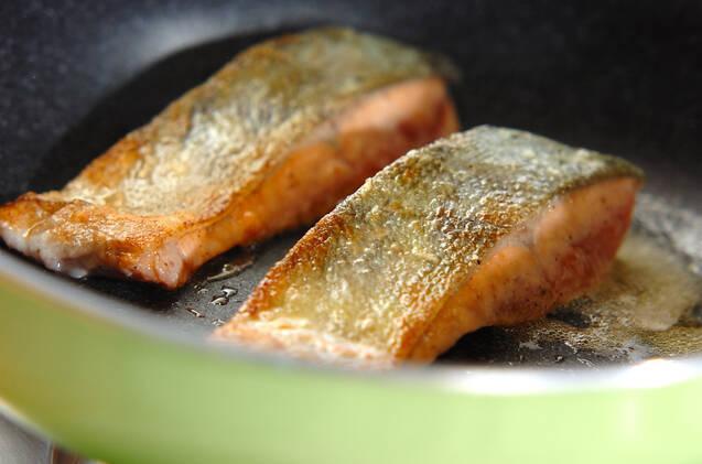 ミルクソースがけ鮭のムニエルの作り方の手順3