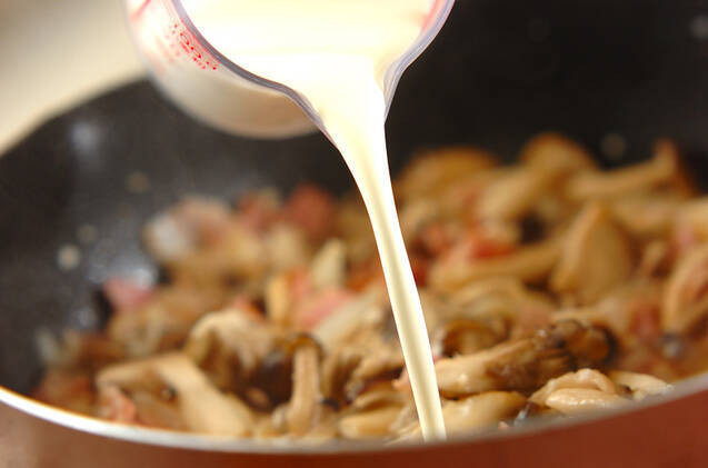 キノコとベーコンの和風クリームパスタの作り方の手順5