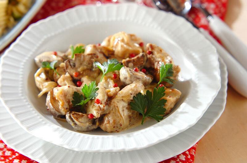 白いお皿に盛られた鶏のクリームマスタード煮