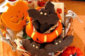 かぼちゃの容器に入ったコウモリとかぼちゃのハロウィンクッキー