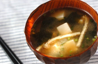 豆腐とワカメの定番みそ汁