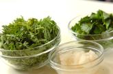ミツバと菊菜のおろし和えの下準備1