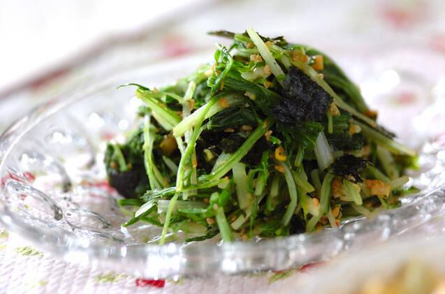 ガラスの皿に盛られた、水菜のナムル