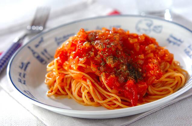 1. レンジで簡単!トマトソースパスタ