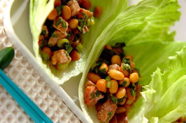 白い長方形のお皿にのった豚肉と小松菜のレタス包み