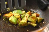 アボカドのマヨゴマ炒めの作り方2