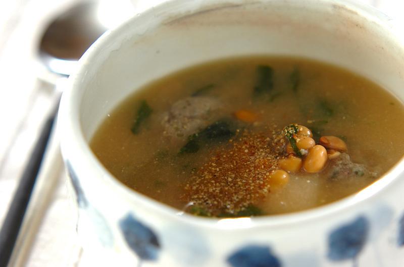 青い水玉模様の茶碗に盛られたいわしのつみれと納豆の味噌スープ