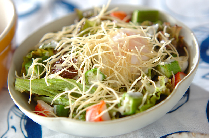 2. パリパリ麺の温玉サラダ