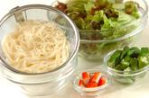 揚げ素麺のパリパリサラダの下準備1