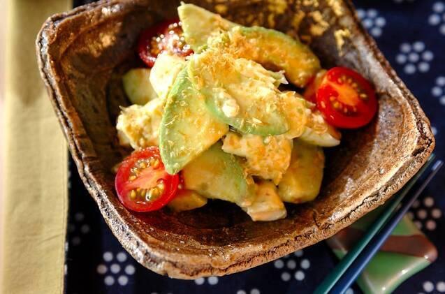 アボカド、プチトマト、クリームチーズをしょうゆやかつお節で和えたひと品
