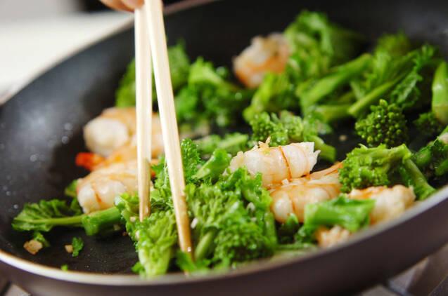 エビと菜の花の蒸し炒めの作り方の手順2