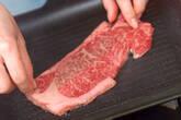 牛肉のグリエ 塩とゴマ油での作り方2