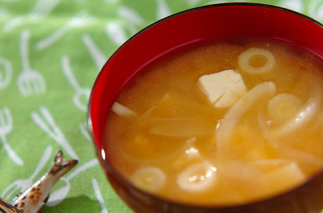 豆腐と玉ネギの味噌汁