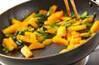 柿と野沢菜の炒め物の作り方の手順3