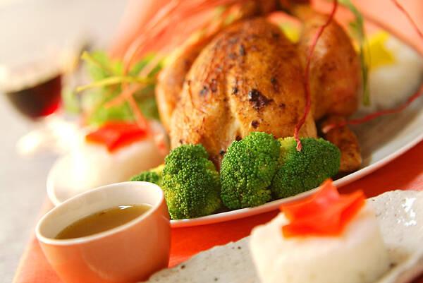 小ぶりな丸鶏ローストチキン。ブロッコリーと