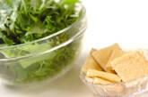 油揚げと青菜の煮物の下準備1