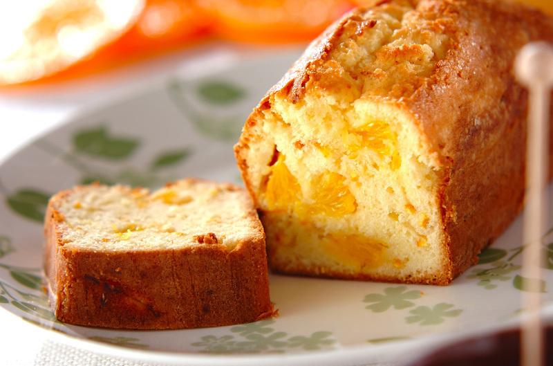お皿の上にのったオレンジパウンドケーキ