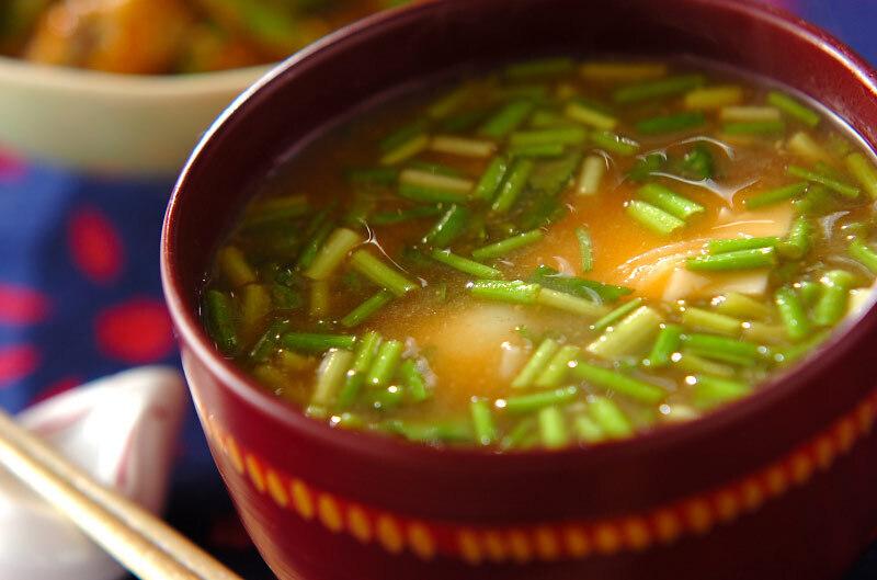 茶碗の中に盛られたユリ根のお味噌汁
