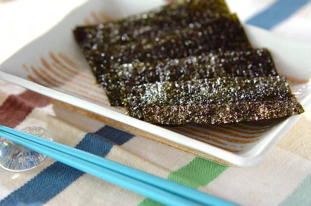 四角い皿に韓国海苔が3枚のっている