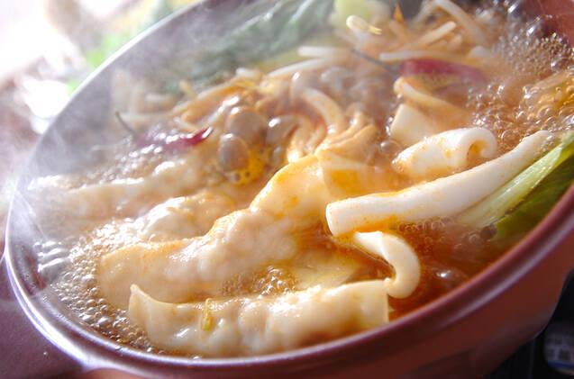 赤い土鍋で煮込まれているベトナム風エスニック鍋