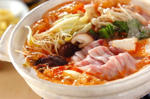 白い土鍋で作られた、豚バラとたっぷり野菜のキムチ鍋
