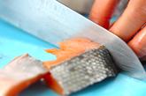 甘塩鮭の串揚げの下準備1