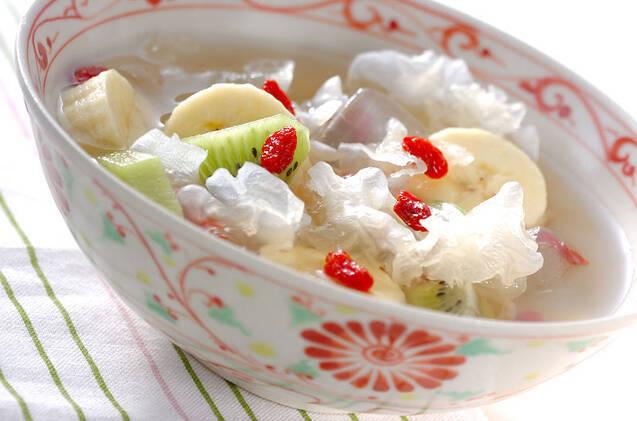 白きくらげ、バナナ、キウイ、クコの実、アロエのシロップ煮