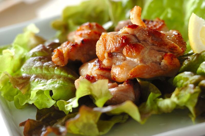 鶏もも肉に塩と酒を揉みこみ、こんがり焼いてレモンを絞っていただく。