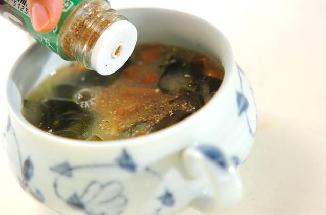 ナメコとワカメのみそ汁の作り方の手順4