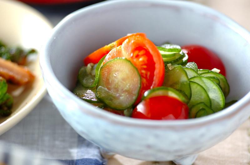 1. キュウリとトマトの和え物