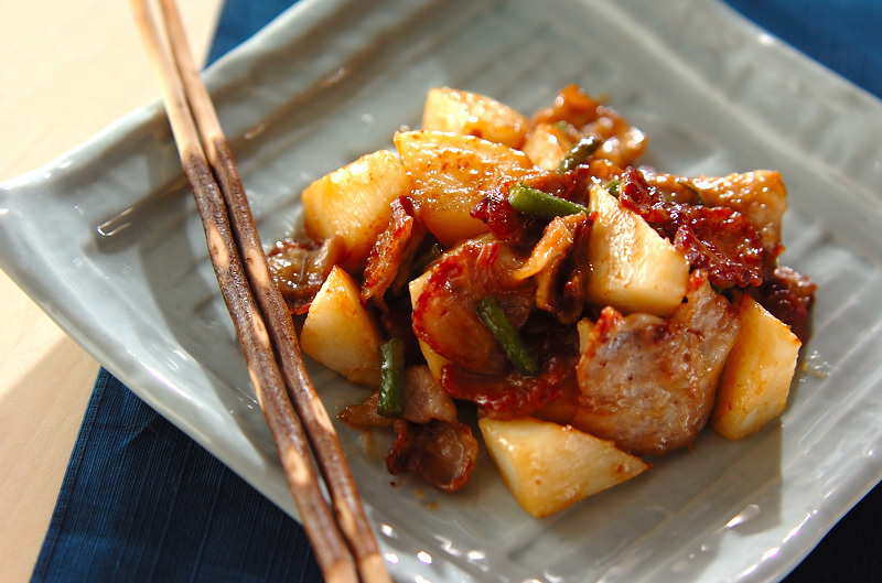 角皿によそった豚肉と長芋の甘味噌炒め