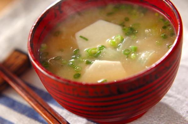 茶碗に盛られた里芋の味噌汁