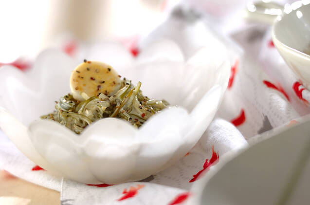 白の小鉢に入った茎わかめのマスタード和え