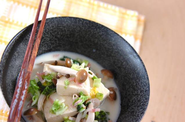 黒い小鉢に盛られた高野豆腐のミルク煮