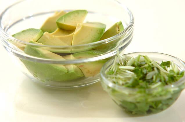 ホタテとアボカドのおかかマヨネーズ炒めの作り方の手順1