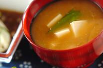 キヌサヤと豆腐のみそ汁