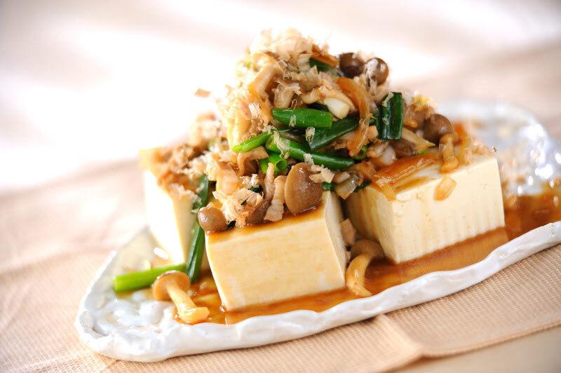 しめじや玉ねぎがこんもり盛られた豆腐
