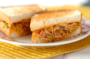 ピリ辛モヤシのトーストサンド