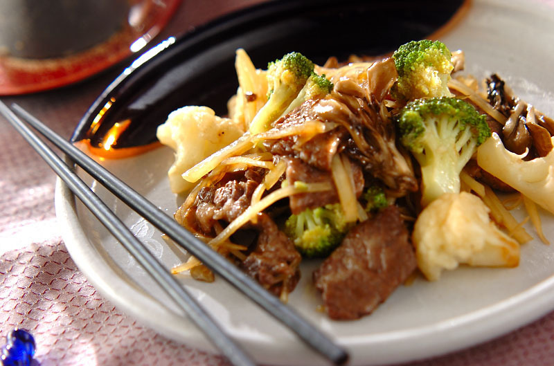 白いお皿に盛られた、ブロッコリーとじゃがいもと牛肉の炒め物
