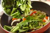 小松菜と豚トロの塩炒めの作り方1