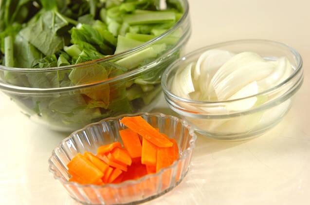 小松菜と豚トロの塩炒めの作り方の手順1
