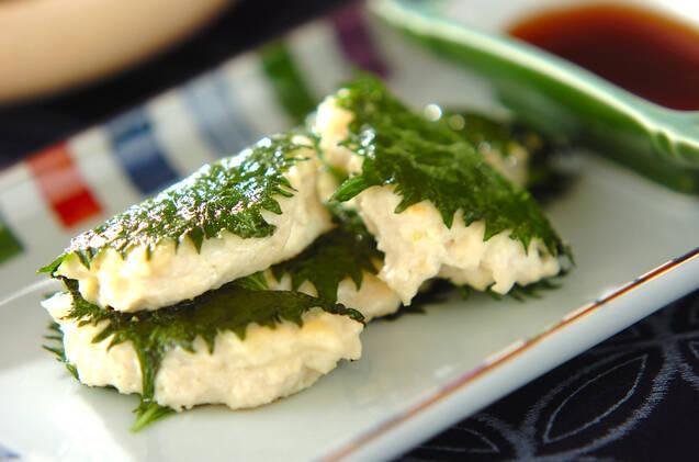 お皿に盛られた大葉を巻いた豆腐つくね