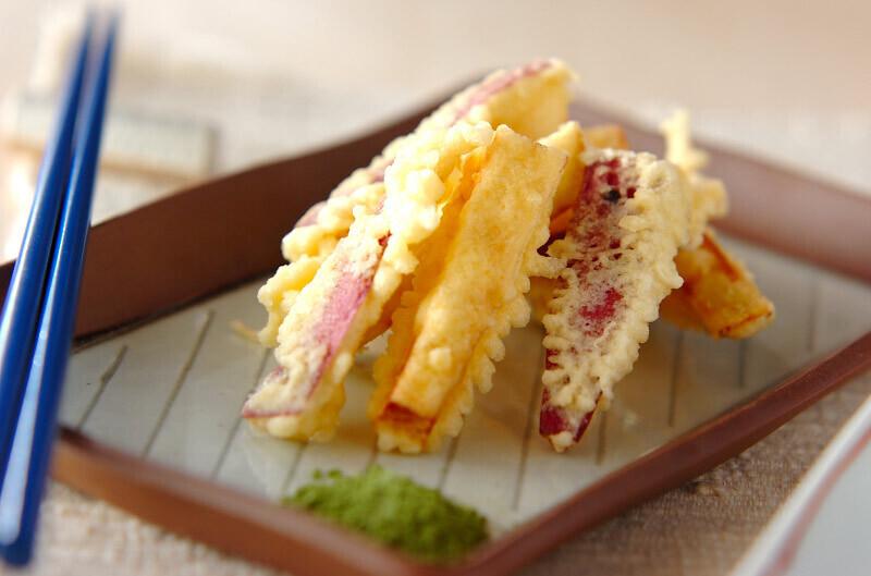四角い器に綺麗に盛り付けられた天ぷら