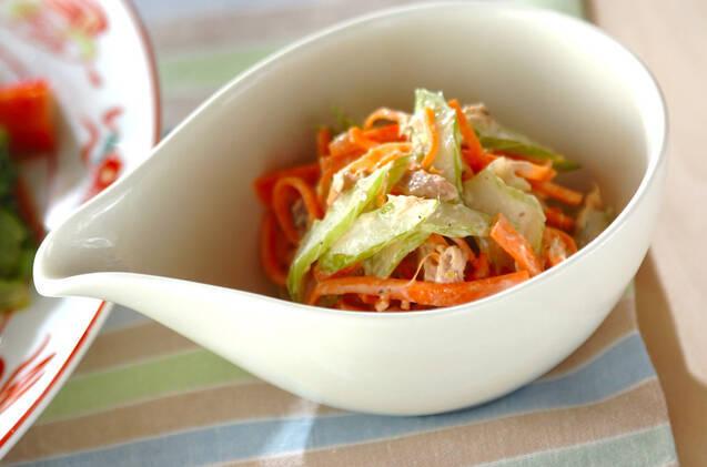 セロリとニンジンの塩もみサラダ