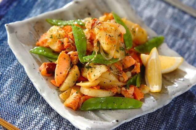 ほぐした塩鮭、ゆでじゃが、絹さや、玉ねぎの炒め物