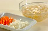 モヤシとニンジンのみそ汁の下準備1