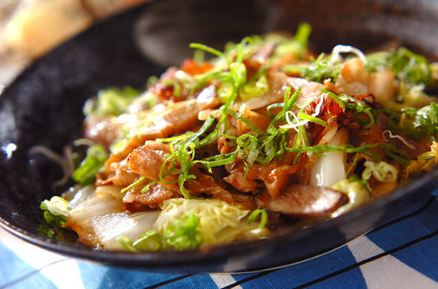 黒いお皿に盛られた白菜と豚肉の炒め蒸し